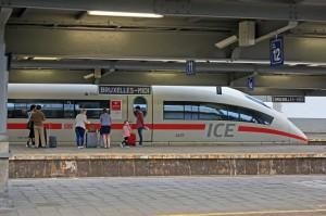 """Ein ICE 3 Baureihe 406 (""""Hannover"""") steht am frühen Morgen im Bahnhof Brüssel Midi als ICE 11 von Brüssel Midi nach Frankfurt (Main) Hbf zur Abfahrt bereit."""